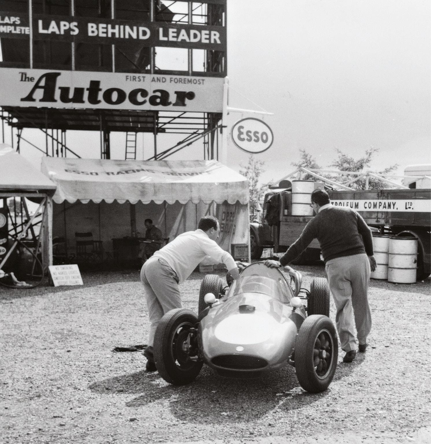 Gino Munaron (left) gives Scuderia Castellotti's Cooper T51-Ferrari a helping push