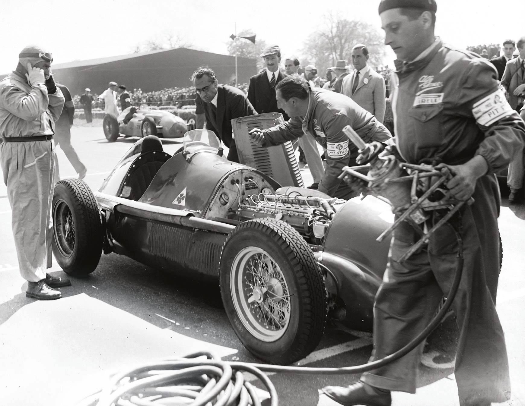 Fagioli prepares as the crew starts his 158 on the 1950 Silverstone grid. He'll finish second to team-mate Farina