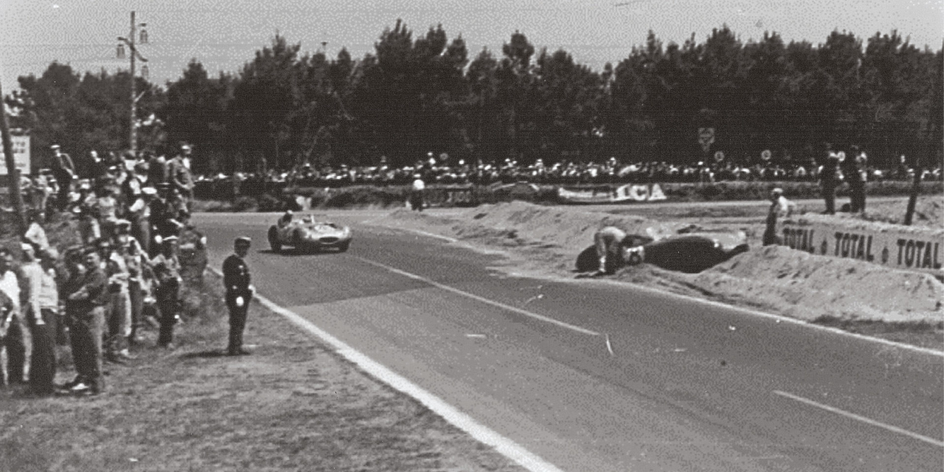 The Aston Martin DBR1 of Ian Baillie and Jack Fairman hits trouble, but was dug out in time to finish ninth